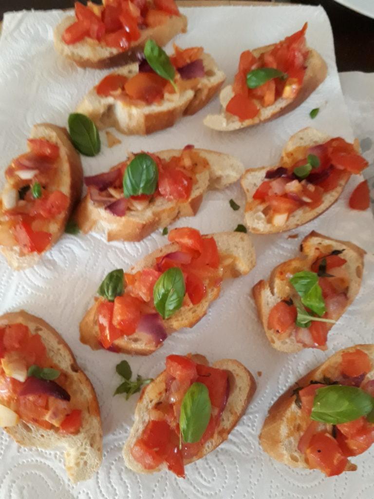 Dinkel-Baguette mit Tomatensalsa